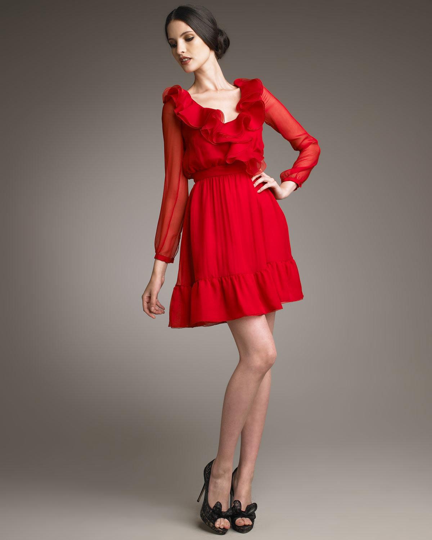 красное платье с круглым вырезом
