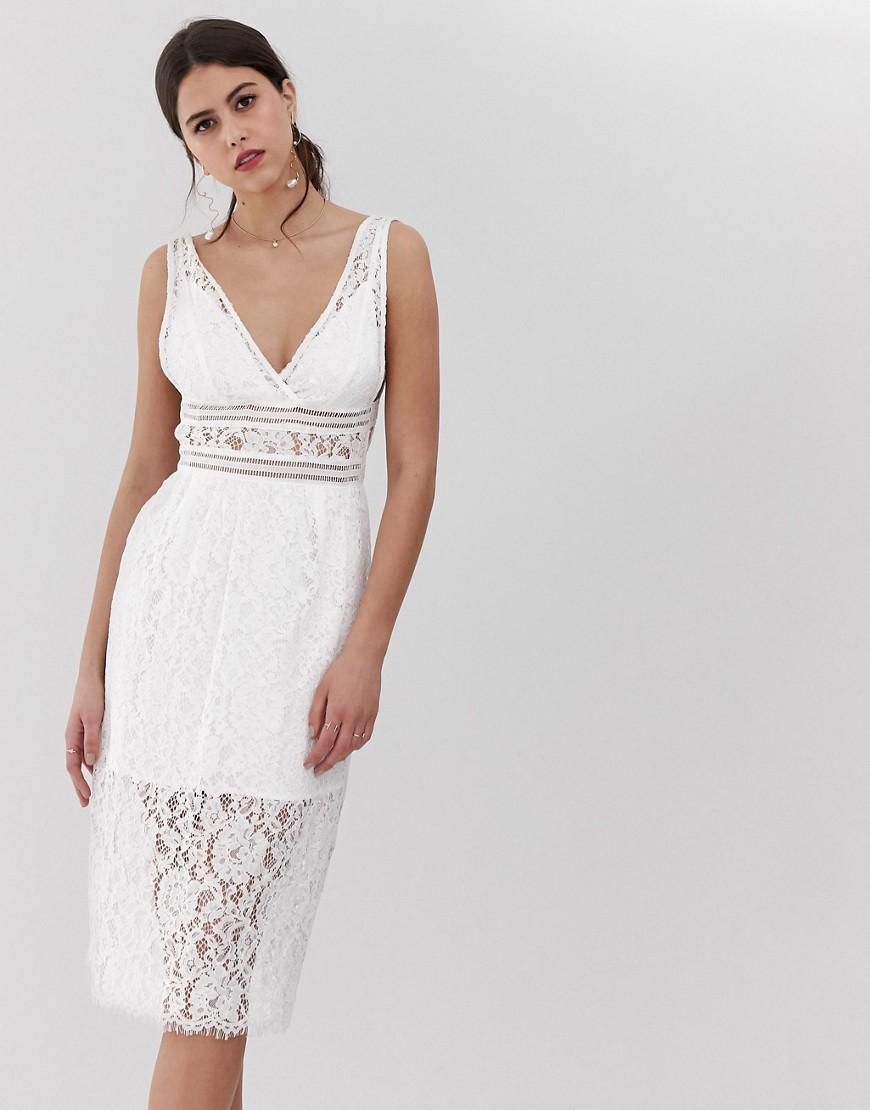 белое кружевное платье с v-образным вырезом