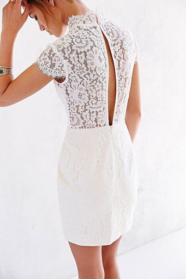белое платье с вырезом на спине
