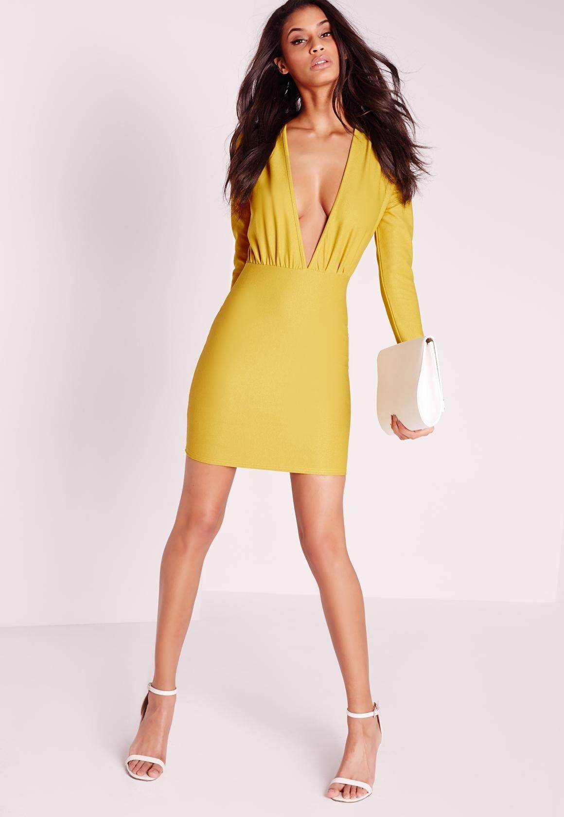 желтое платье с вырезом