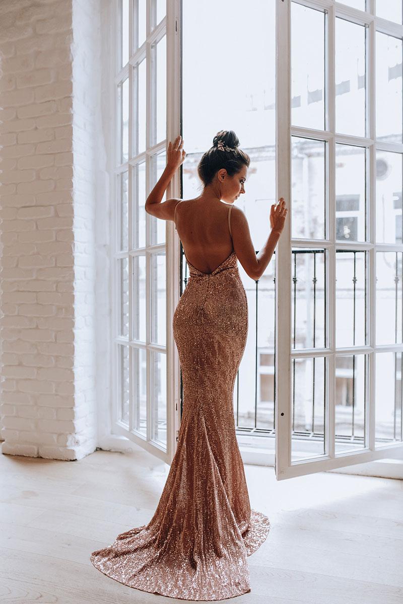 Платье с открытой спиной и шлейфом