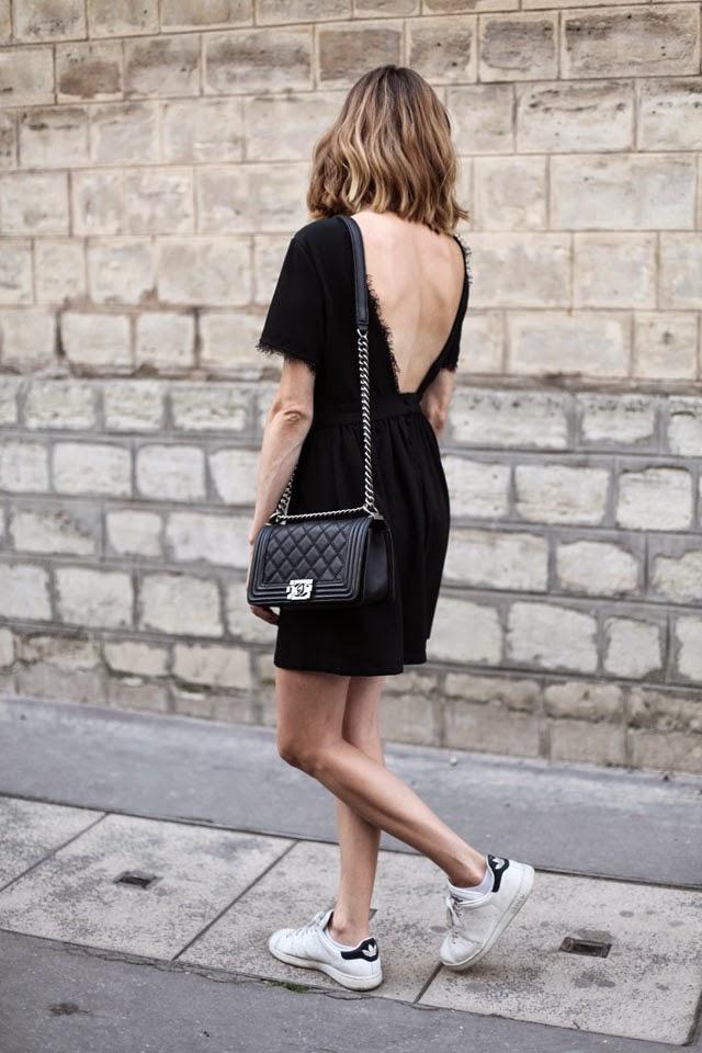 платье с открытой спиной и кеды