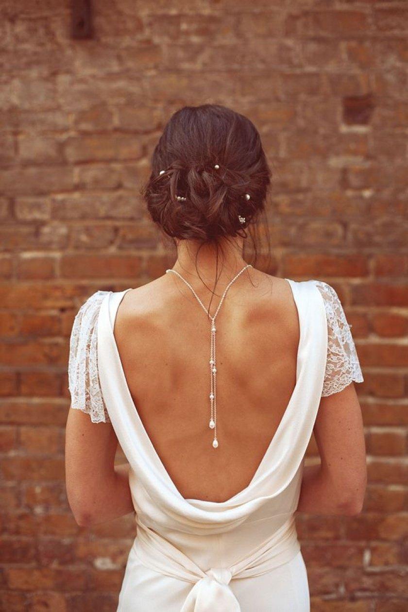 платье с открытой спиной колье