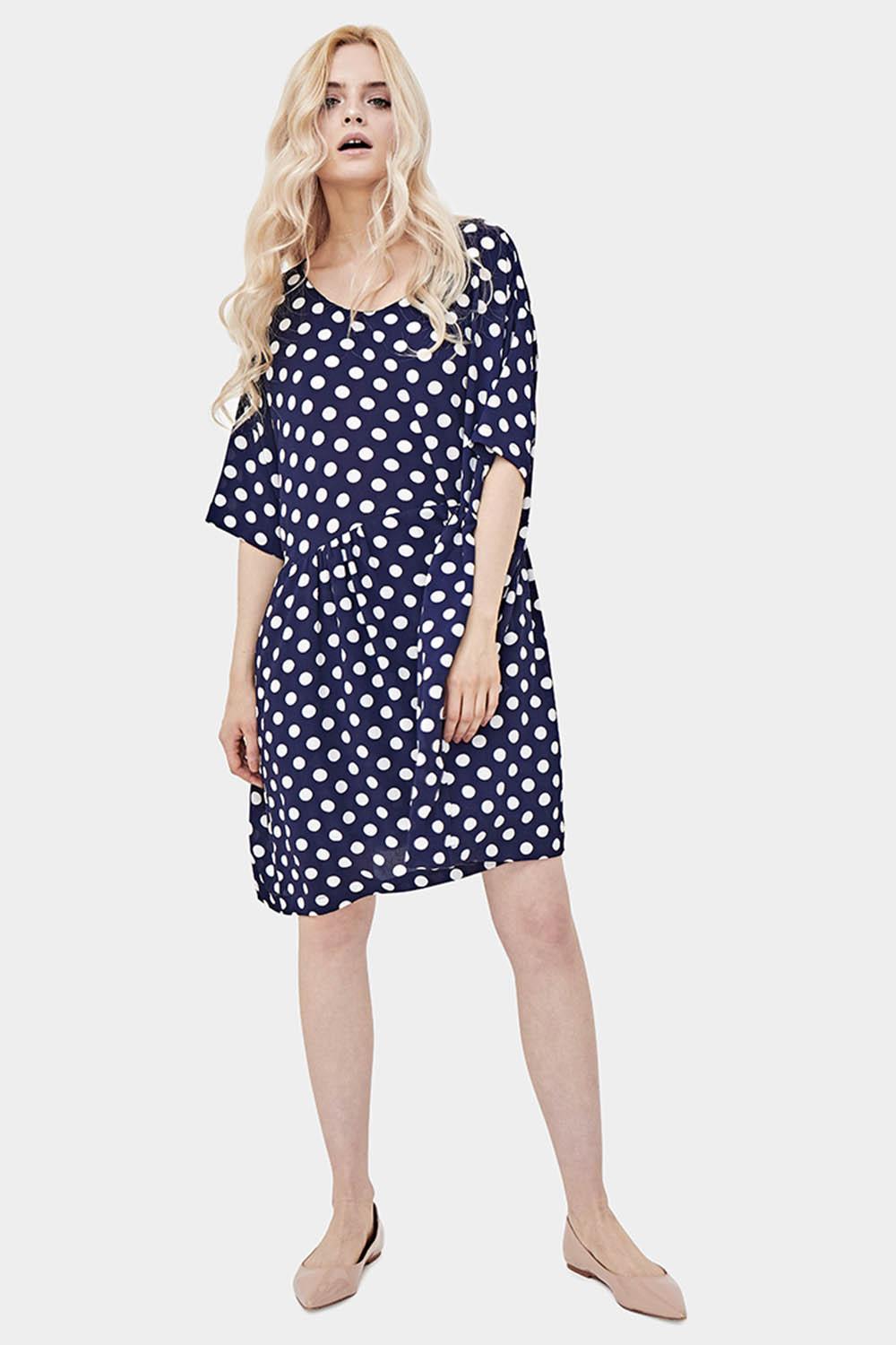 Синее платье в белый горошек фото