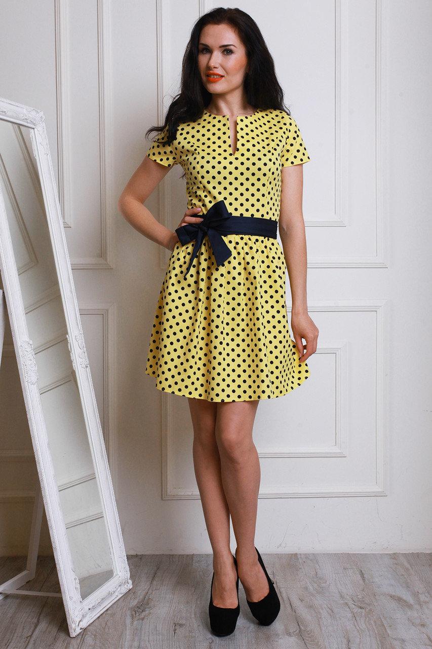 Желтое платье в черный горошек фото