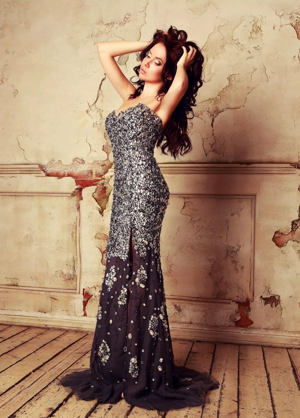 платье со шлейфом блестящее
