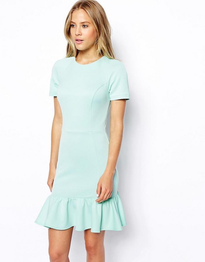 Приталенное платье прямого кроя с воланом внизу фото