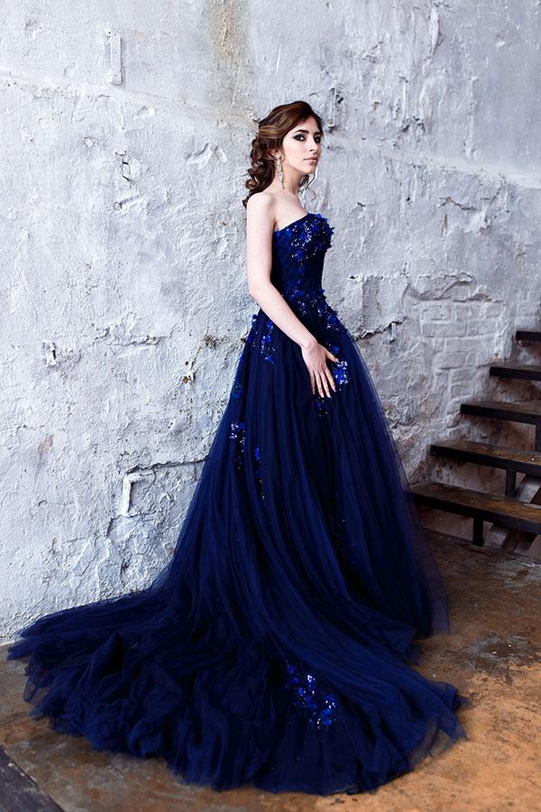 Длинное бальное платье со шлейфом