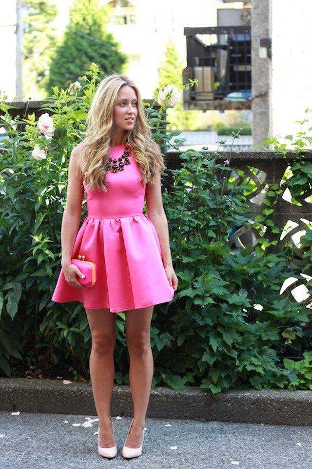 розовое платье с туфлями