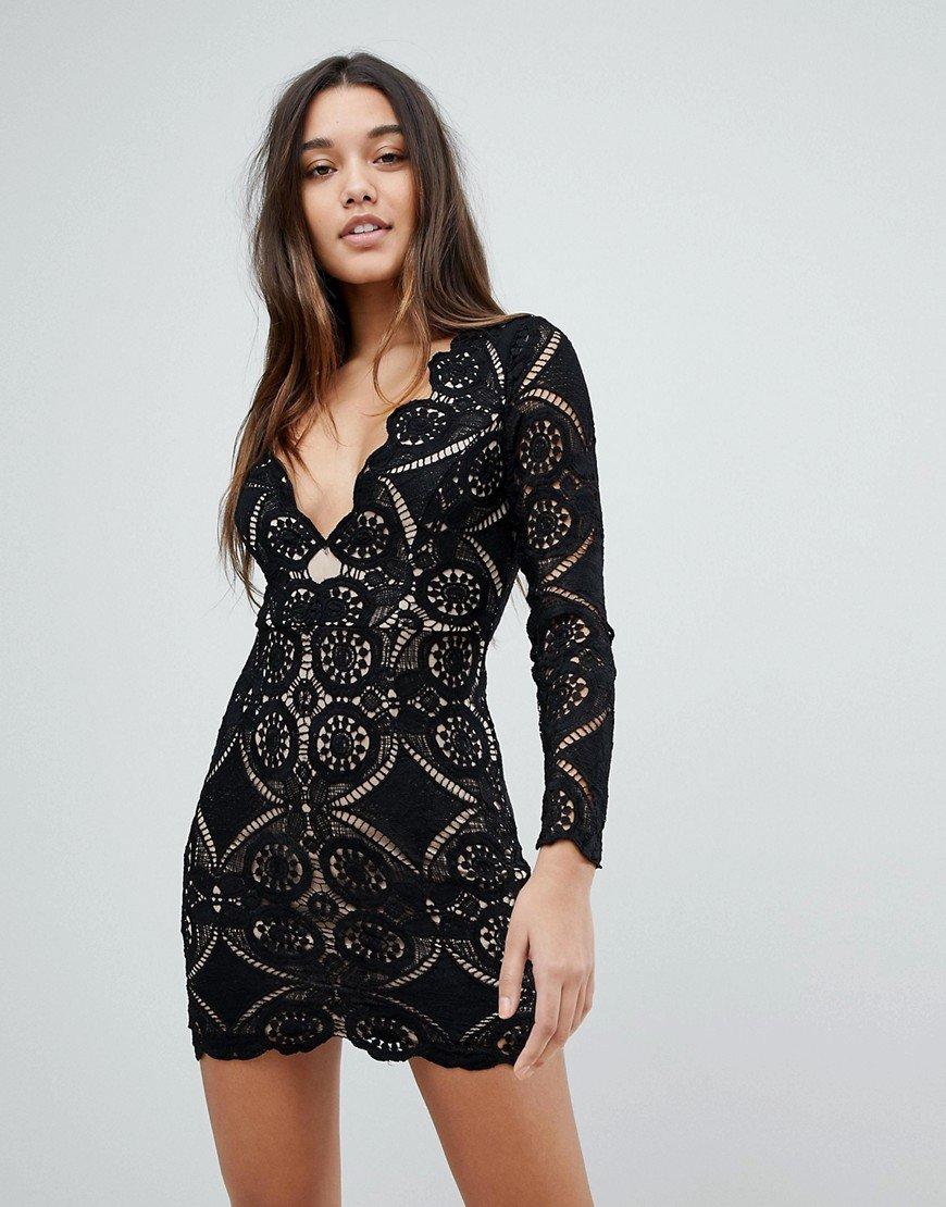 кружевное платье с глубоким декольте