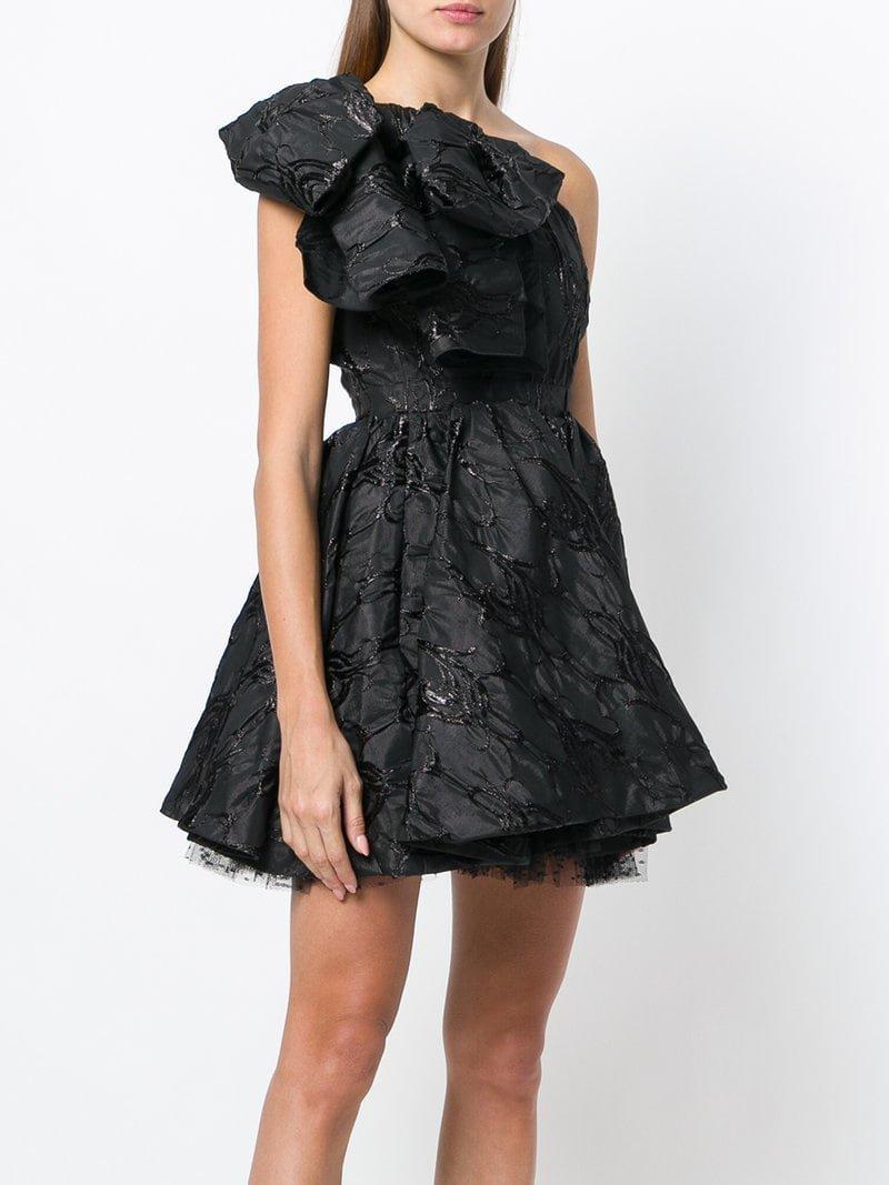 платье на одно плечо с пышной юбкой