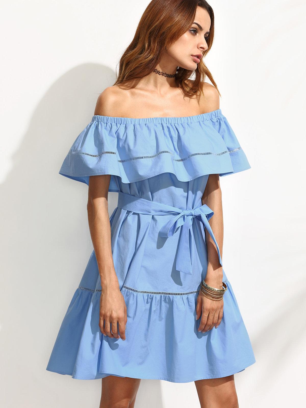 голубое платье с открытыми плечами