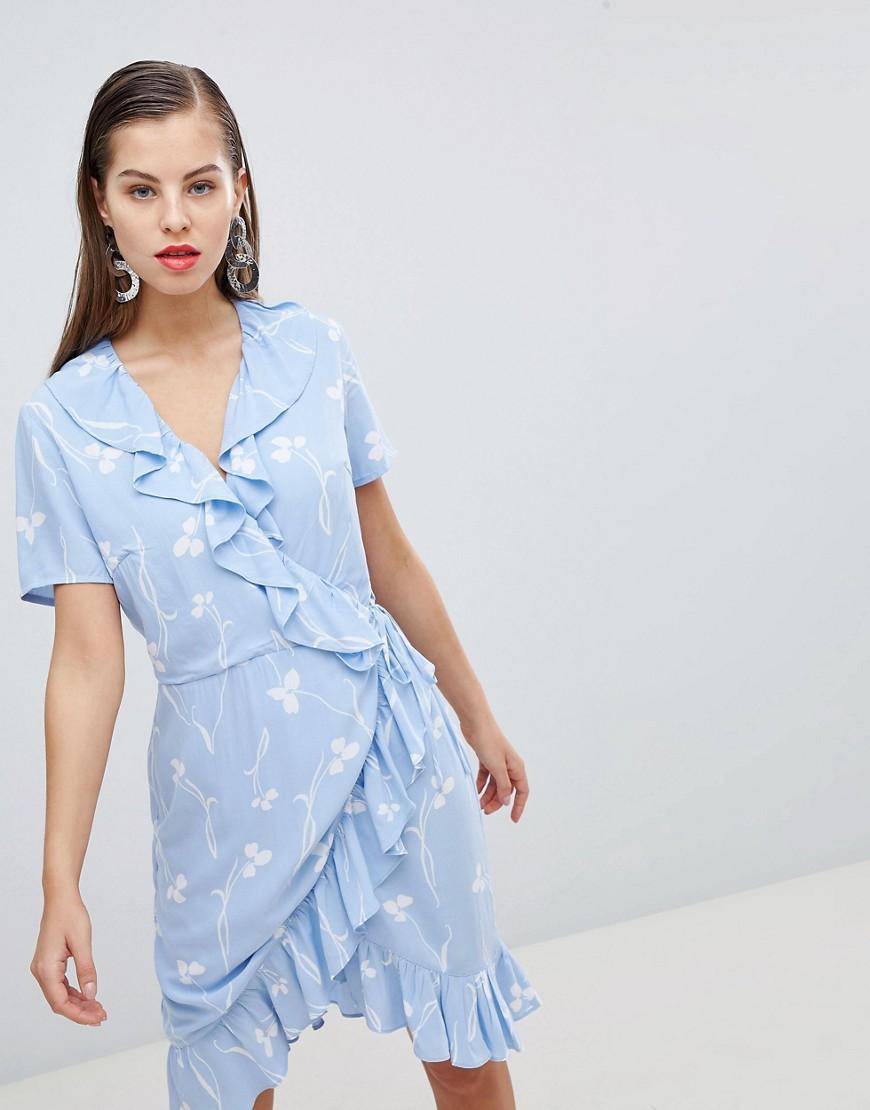 голубое платье с запахом