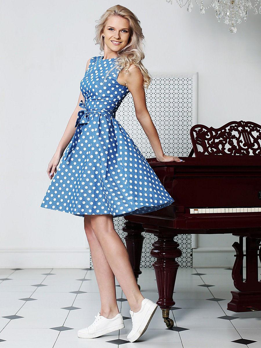 голубое платье в белый горошек