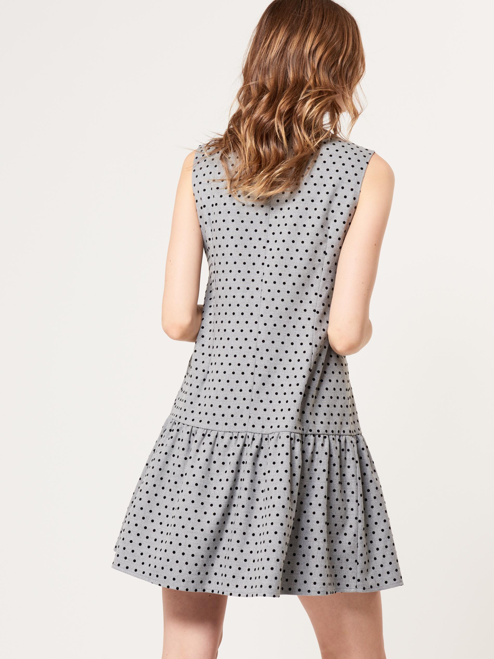 серое платье в горошек