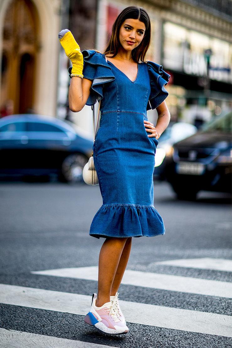 джинсовое платье и кроссовки