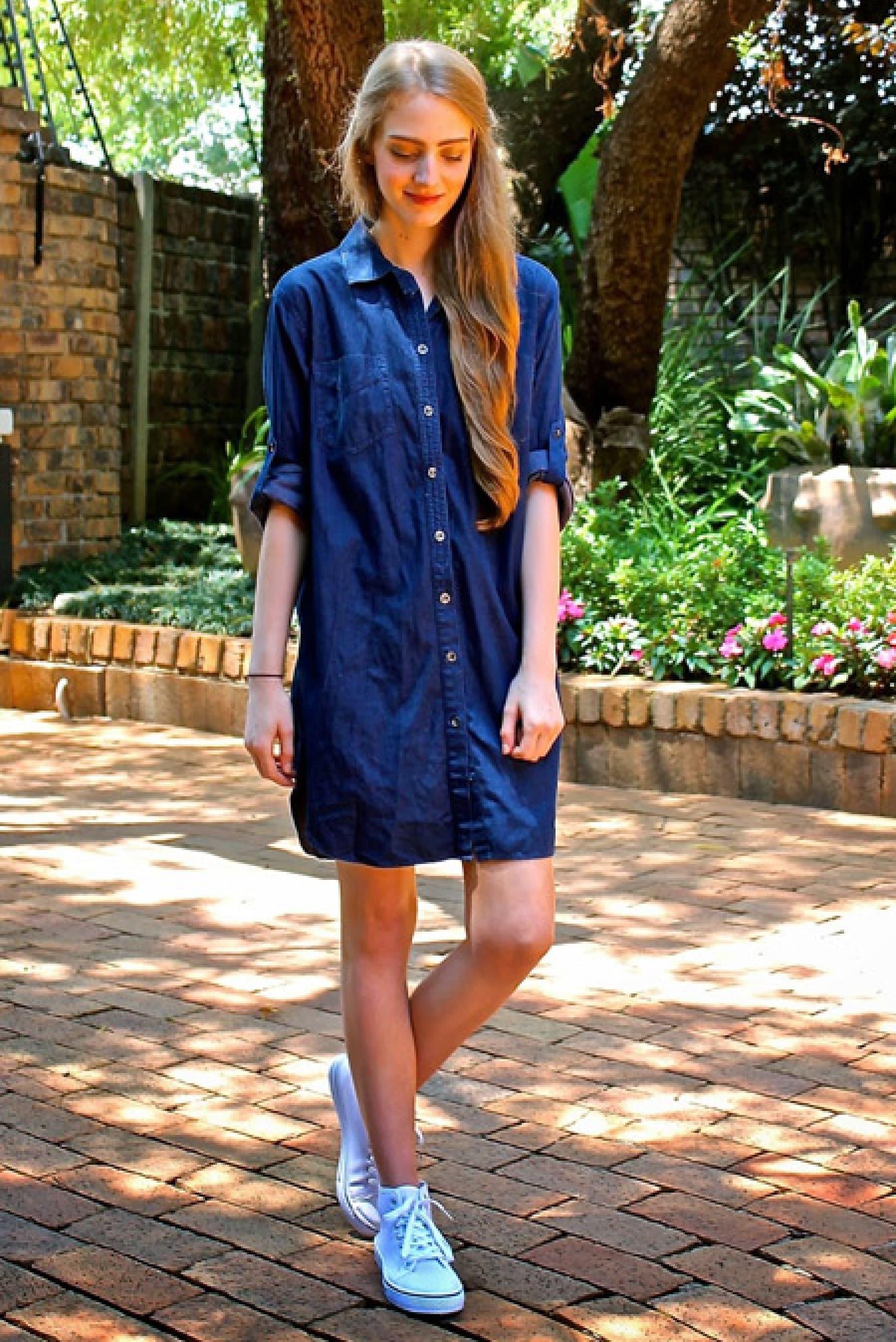 джинсовое платье и кеды