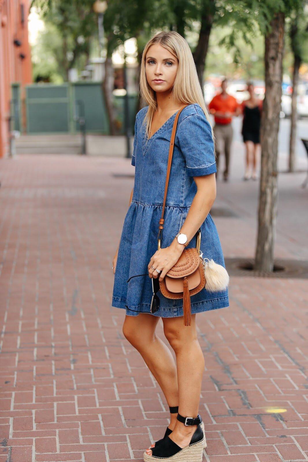 джинсовое платье и босоножки
