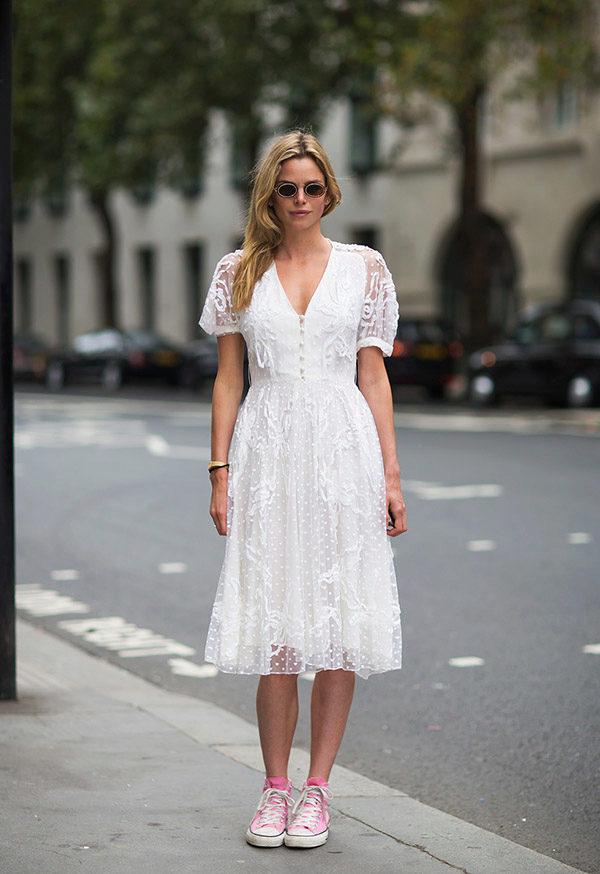 кружевное платье и кеды