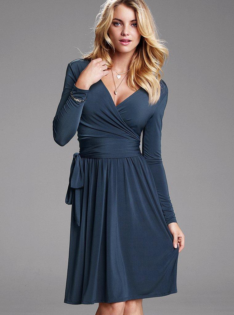 платье с запахом и украшения