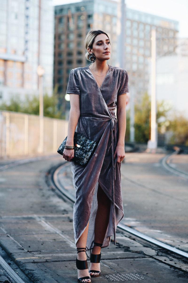 платье с запахом и крупные серьги