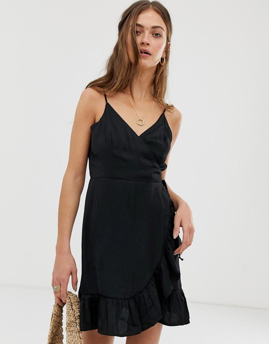 платье с запахом и минималистичные украшения