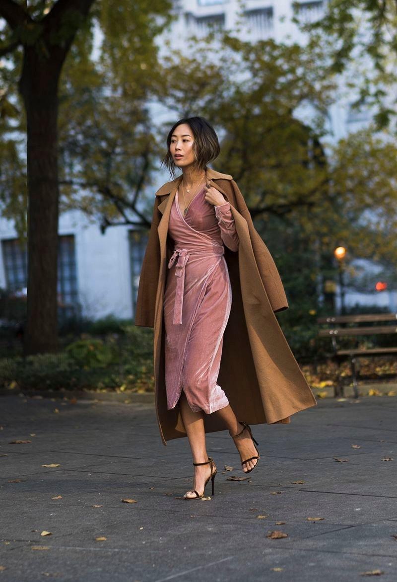 платье с запахом и босоножки на шпильке