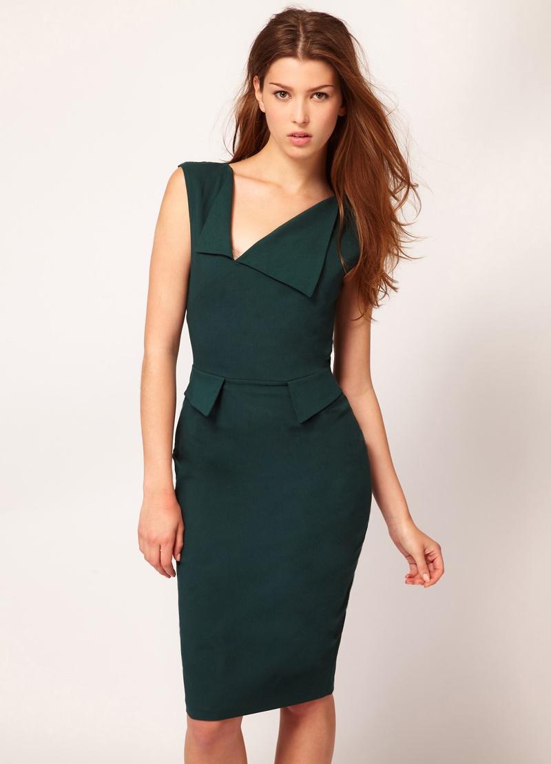 платье футляр с асимметричным декольте