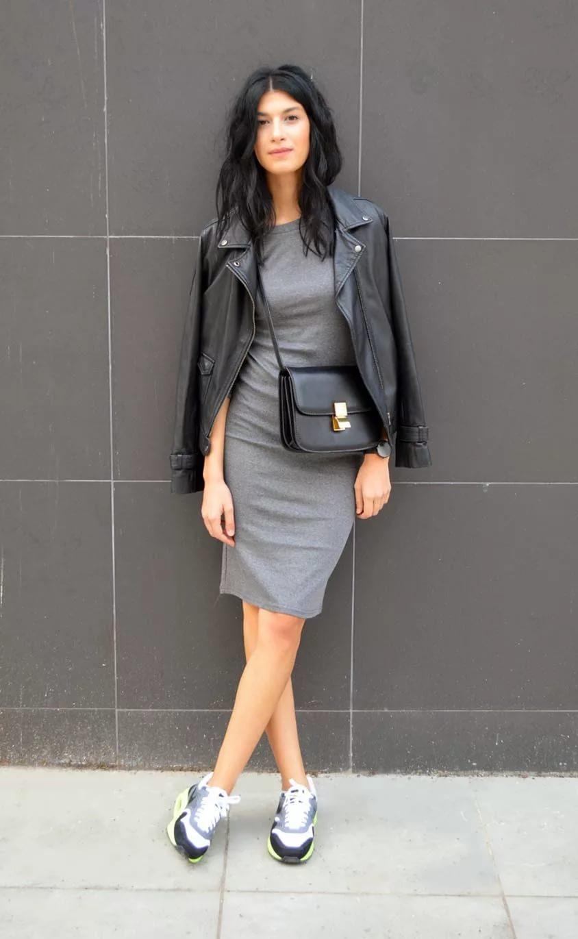 платье футляр с кроссовками