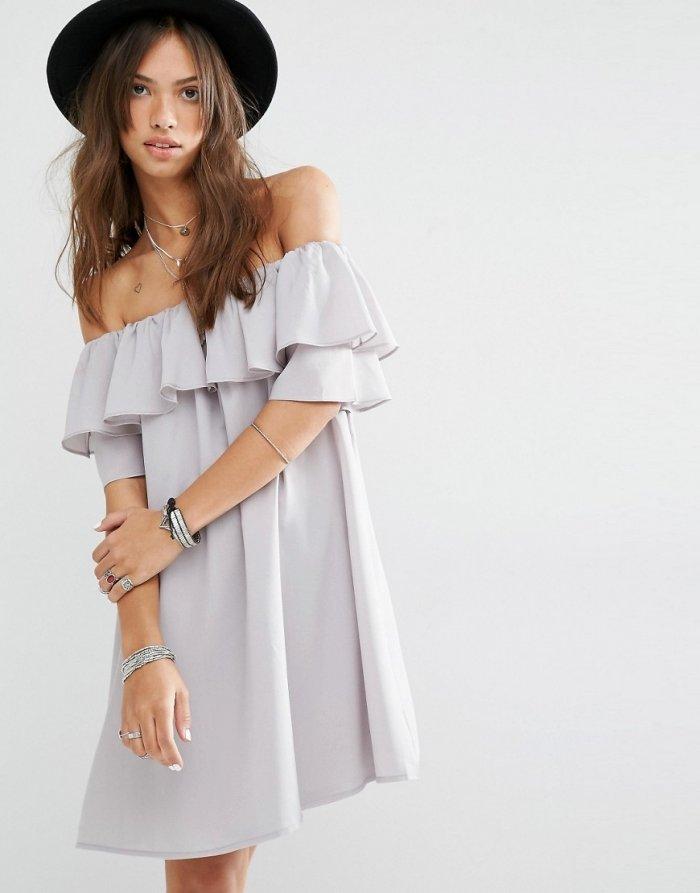 платье с открытыми плечами и воланами