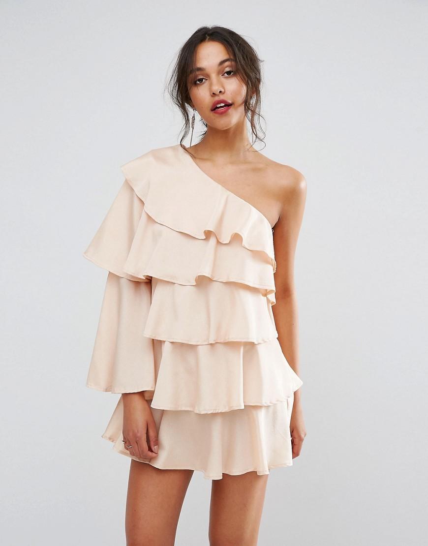 бежевое платье с воланами
