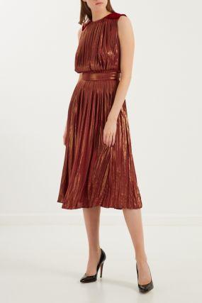 Бордовое платье со складками