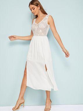 Однотонное кружевное платье с разрезом