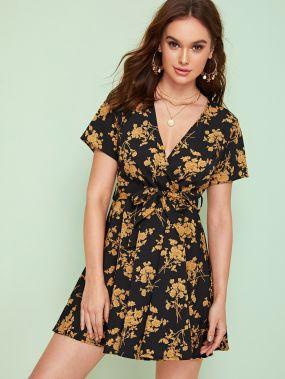 Платье с поясом, цветочным принтом и глубоким V-образным вырезом