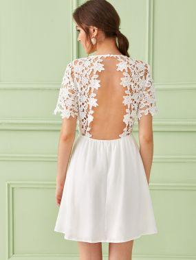 Однотонное платье с открытой спинкой и кружевной вставкой