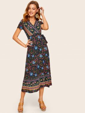 Платье с глубоким вырезом и цветочным принтом