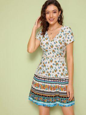 Цветочное платье с v-образным вырезом и кружевной вставкой