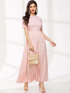 Расклешенное платье с кружевной вставкой