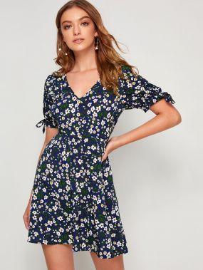 Платье с цветочным принтом, узлом, пуговицами и V-образным вырезом