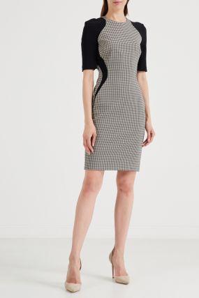Клетчатое платье-футляр с контрастной отделкой