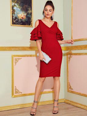 Платье-карандаш с открытыми плечами и многослойным рукавом