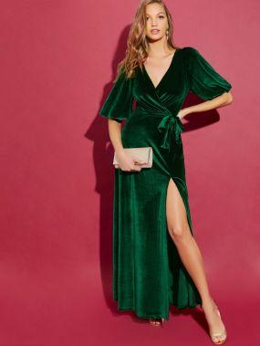 Бархатное платье с пышными рукавами и высоким разрезом