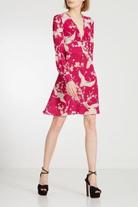 Розовое шелковое платье с принтом