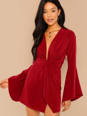 Витое платье с оригинальным рукавом и глубоким вырезом