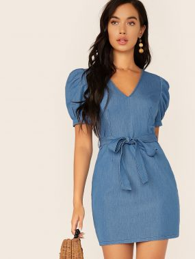 Джинсовое платье с v-образным вырезом, пышными рукавами и поясом