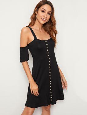 Платье с пуговицами и открытыми плечами