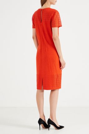 Красное платье-футляр с кружевом