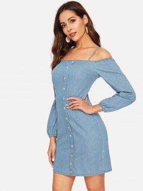 Джинсовое платье с пуговицами и открытым плечом