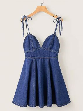Однотонное джинсовое платье на бретелях