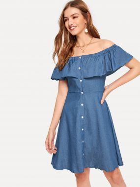 Платье с оборкой и открытыми плечами